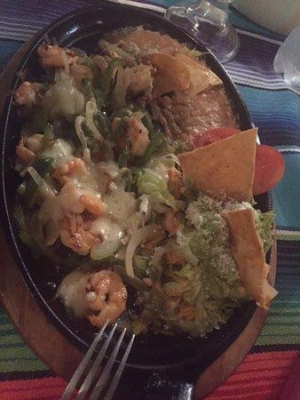 Nayarit, México: Sizzling plate of shrimp fajitas