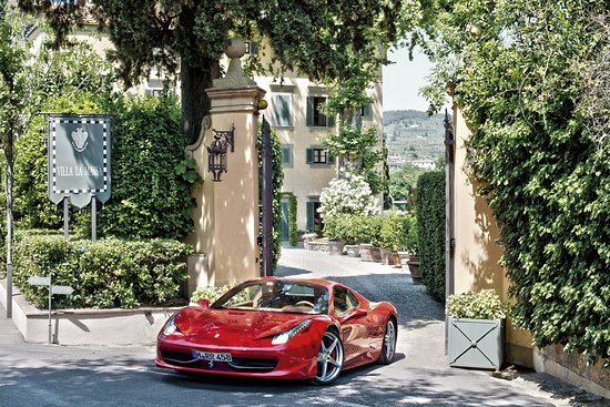 Candeli, อิตาลี: The Entrance With a Ferrari