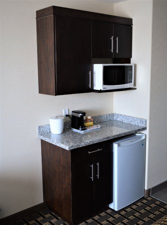 Melville, Canada: Jacuzzi Room: Mini Fridge, Microwave oven and Coffee Maker