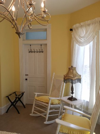 Buckhannon, เวสต์เวอร์จิเนีย: The Mary Ireland Room is yellow and white with pewter furnishings, private en suite bath.