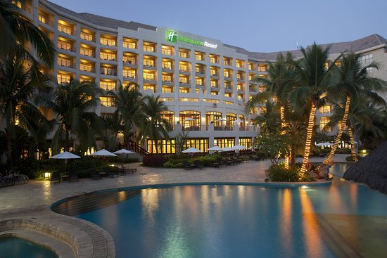 Holiday Inn Resort Sanya Bay: Hotel Exterior at night