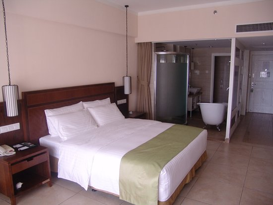 Holiday Inn Resort Sanya Bay: Holiday Inn Sea View room King Bed in West Wing Building