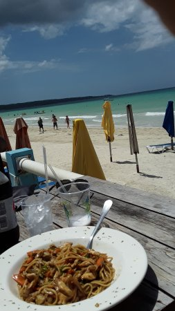 Negril Palms Hotel: lunch by the beach!