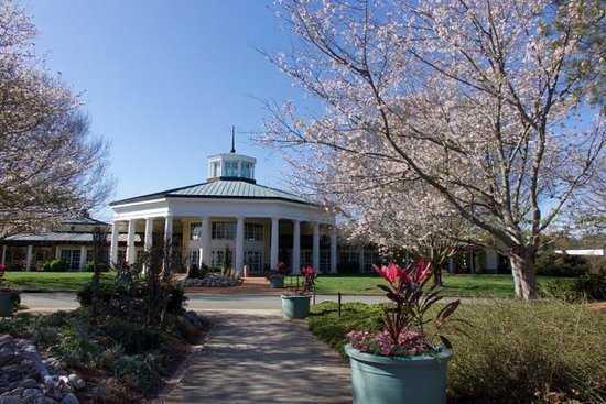 Belmont, NC: Entrance to the botanical garden and where you'll find Starbucks coffee