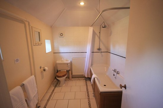 Hovingham, UK: King Room Bathroom