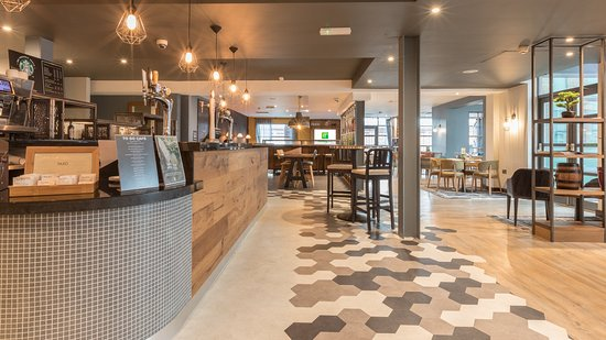 Holiday Inn Manchester Central Park: Open lobby restaurant & bar