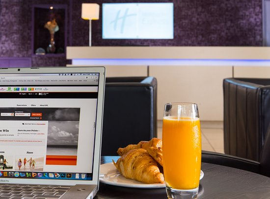 Taunton, UK: Catch up on emails while you help yourself at our buffet breakfast