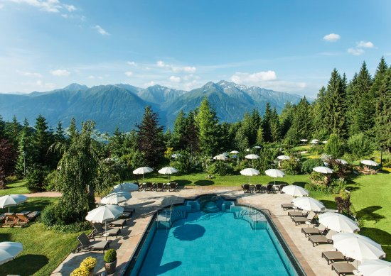 Interalpen-Hotel Tyrol: Outdoor pool with mountain view