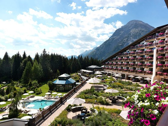 Interalpen-Hotel Tyrol: Exterior view in summer with terrace