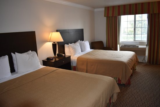 Selma, Kaliforniya: Double Queen Beds with Microfridge