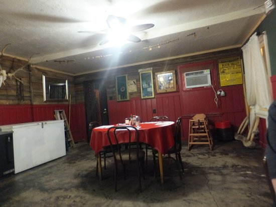 Shoshone, CA: Back of the saloon area with artefacts and part of the old unpainted wooden wall still in existe