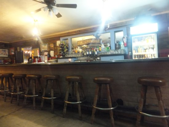 Shoshone, CA: The owner had made the bar stool foot rest out of an old railway track