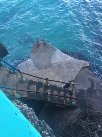 Xtabi Resort: This is looking down the cliff to the diving off area.