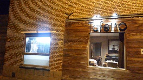 Ruiselede, Belgien: Buitenzijde - vies raam keuken