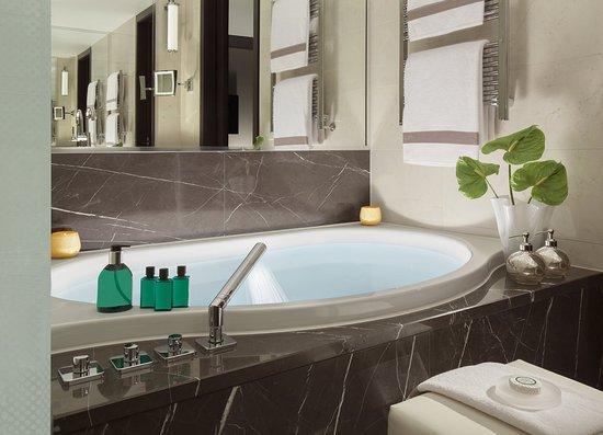 Hotel Royal Savoy Lausanne: Typical Suite Bathtub