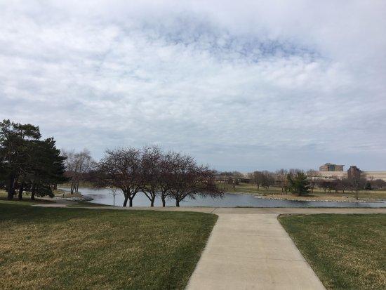 Clive, IA: caminando un poco encuentras este bello parque donde puedes recorrerlo.