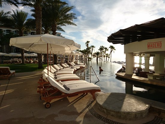 Hilton Los Cabos Beach & Golf Resort: Bar frente a la piscina