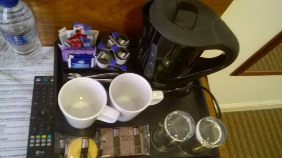 Alexander Thomson Hotel: Much appreciated tray of hot drinks, biscuits and water on the working desk.