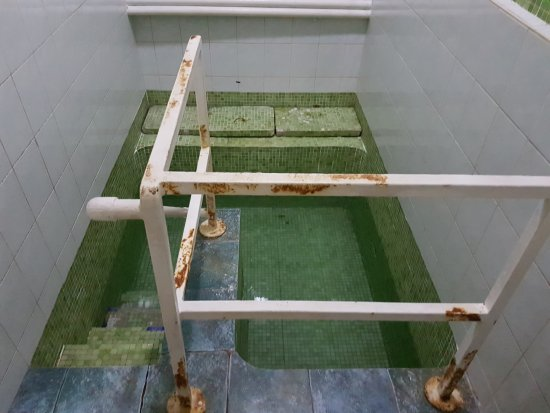 Milk River Hotel and Spa: One of the private pools at Milk River Bath. Rusting is caused by high mineral levels. Its Clean