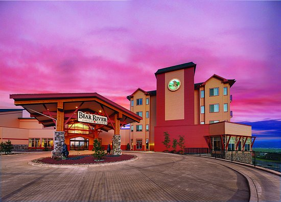 Loleta, Californie : Bear River Casino Resort's exterior shot at dusk.
