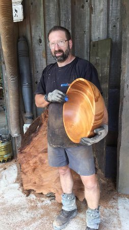 Clevedon, Nueva Zelanda: Matthew Vallings showing off a turned Ancient Kauri bowl