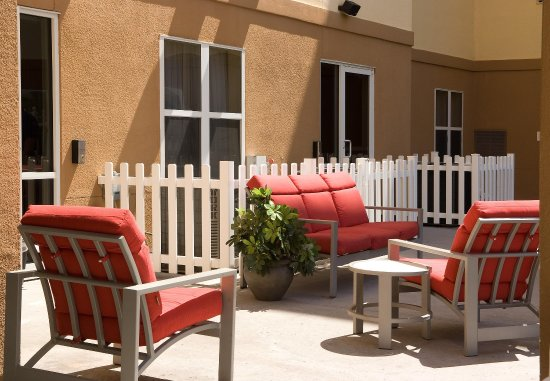 Residence Inn Orlando Airport: Outdoor Seating Area