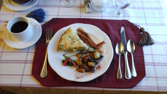 Berry Manor Inn: The 2nd course of breakfast: cheddar/broccoli quiche, bacon, roasted potatoes.