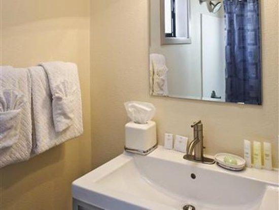 Cottages at Little River Cove: Guest Room Bath
