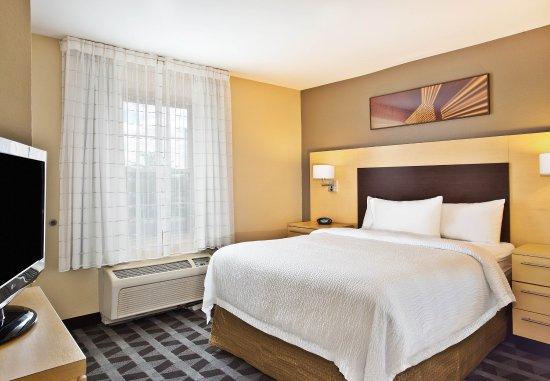 Farmingdale, NY: Suite - Bedroom
