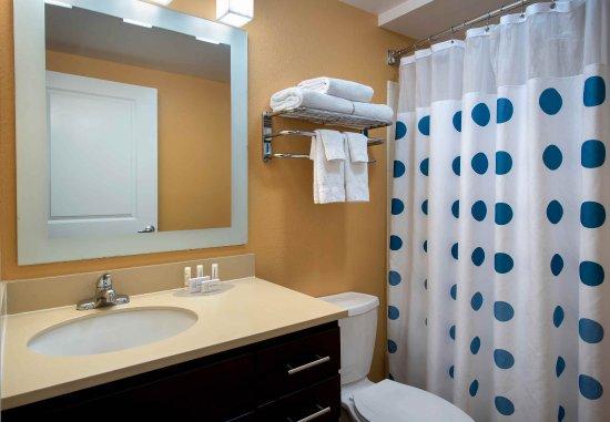 Farmingdale, NY: Suite Bathroom