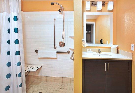 Farmingdale, NY: Accesible Suite Bathroom