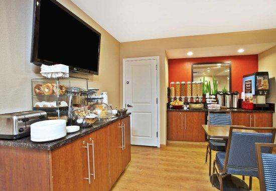TownePlace Suites Republic Airport Long Island/Farmingdale: Breakfast Buffet