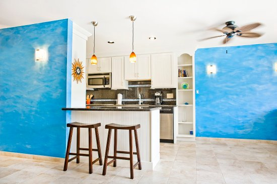 Benner, St. Thomas: 1 bedroom condo kitchen & dining