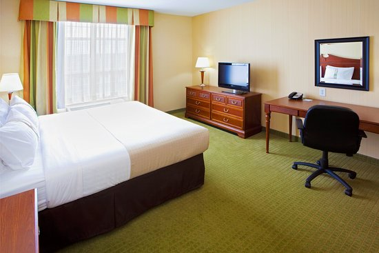 Front Royal, VA: King accessible room with extra space and 32' LCD TV