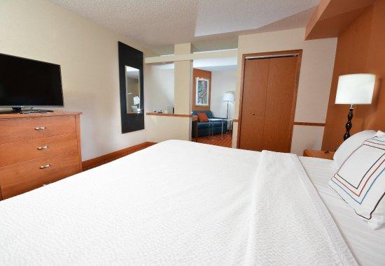 Wytheville, VA: King Suite - Sleeping Area