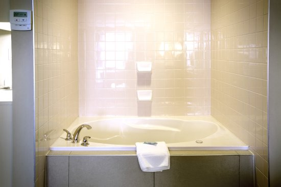 Stellarton, Canada: Relax in the 2 person whirlpool tub. Ahhh! Melt the pain away.