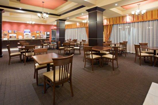 Holiday Inn Express Hotel & Suites Woodstock: Breakfast Bar