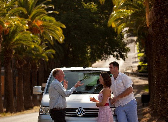 Barossa Valley, Australien: Jonathan with our famous luxury van and some happy customers!