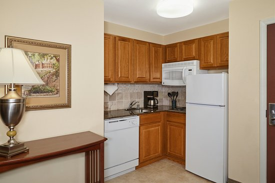 Franklin, WI: Queen Bed Studio Suite Kitchen