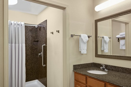 Franklin, WI: Queen Bed Studio Suite Bathroom