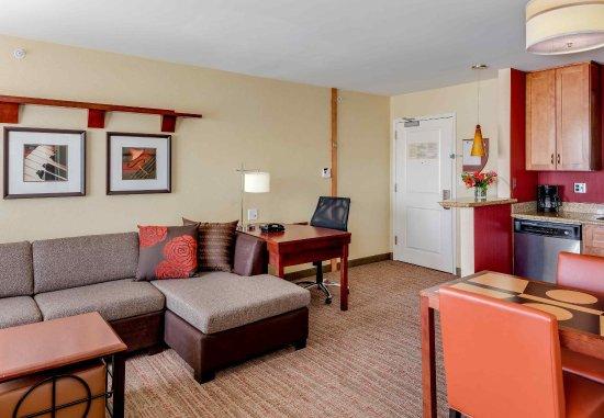 Auburn, ME: King Studio Suite - Living Area