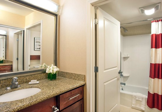 Auburn, ME: Suite Bathroom With Tub