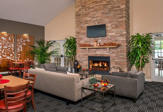 TownePlace Suites Clinton at Joint Base Andrews: Lounge - Fireplace