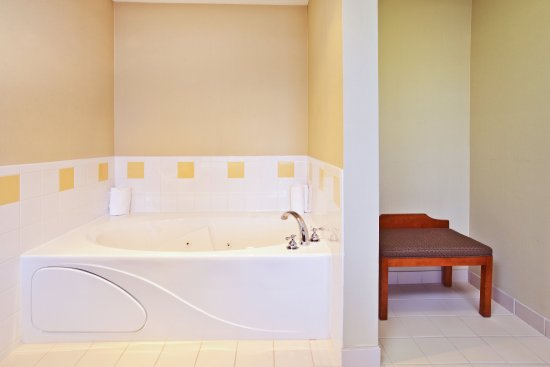 Goshen, Индиана: Two person whirlpool tub is perfect after a busy day.