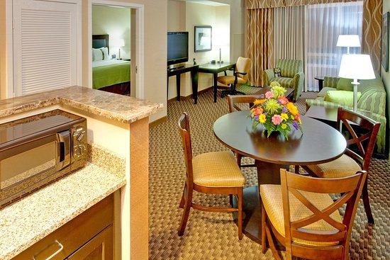 هوليداي إن هوتل آند سويتس ممفيس وولف: Suite Living Room