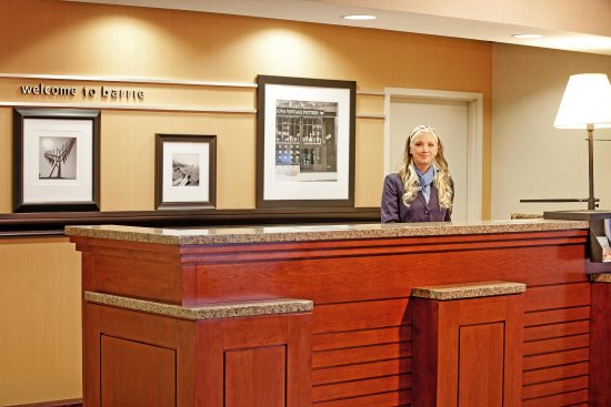 Hampton Inn & Suites by Hilton Barrie: Front Desk