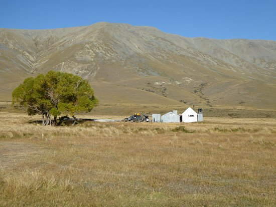 Waimate, Selandia Baru: The hut at the valley floor after a big days riding