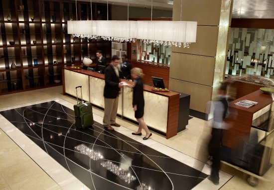 Montreal Airport Marriott In-Terminal Hotel: Front Desk