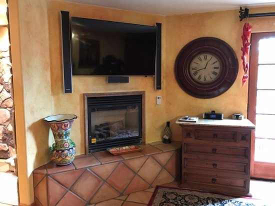 Avila Beach, Californien: Owner Suite Fireplace & TV