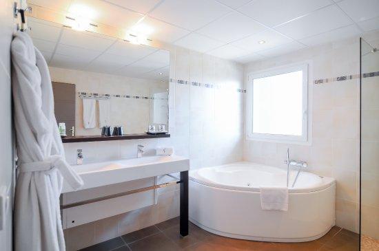 Hôtel La Fauceille : bathroom